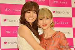"""Atsuko Maeda & Taylor Swift 1 • <a style=""""font-size:0.8em;"""" href=""""http://www.flickr.com/photos/66379360@N02/8248140913/"""" target=""""_blank"""">View on Flickr</a>"""