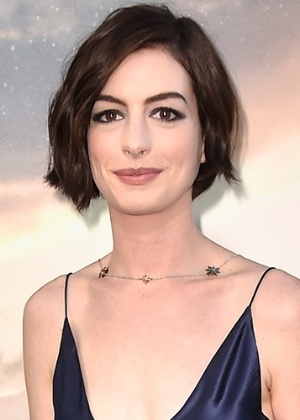 Anne Hathaway diz que grávidas não devem ter vergonha de seus corpos
