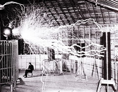 Nikola Tesla relajandose en su laboratorio (Co...