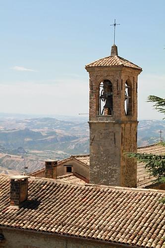 Dächer und ein einsamer Kirchturm