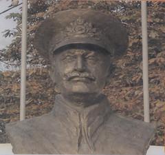 Bustul generalului Nicolae Dăscălescu amplasat  în cazarma Brigăzii 1 Rachete Sol-Aer