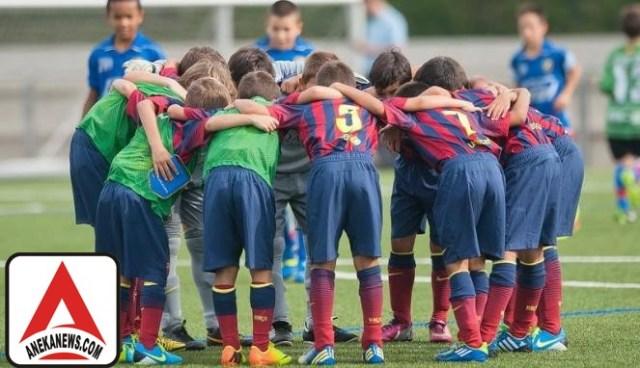 #Bola: Aksi Simpatik Barcelona Junior yang Bikin Haru
