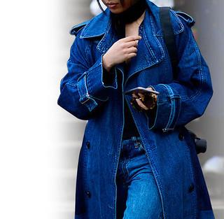 trench coat em jeans