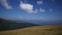 Vedere spre muntii Latoritei din curmatura Piatra Rosie