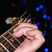 Tuning the guitar - Låg stämning (E moll) men i övrigt hög stämning när maken stämmer gitarren inför kvällens föreställning.