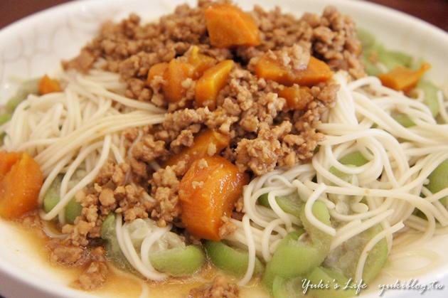 [‧我在大陸的生活‧]❤Yuki大廚上好菜❤V 清爽夏天菜&自製乾麵&紅蘿蔔肉燥淋飯淋麵都好吃&懷念的媽媽牌綠豆冰