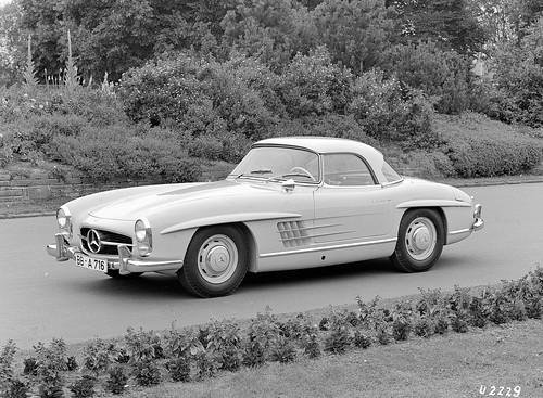 Caption orig.: Mercedes-Benz Typ 300 SL Roadster mit CoupÇdach, 1958-63. USA-AusfÅhrung mit ?sealed-beam?-Scheinwerfern