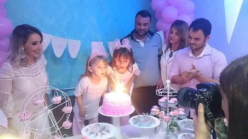 Mamãe Mariângela, papai Hugo, titios Marise e Henzo e as aniversariantes Milla e Luma