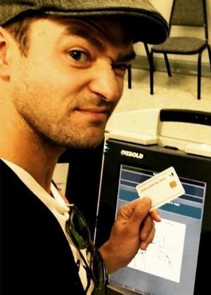 Não é só no Brasil: Timberlake faz selfie na urna ao votar e pode ser preso