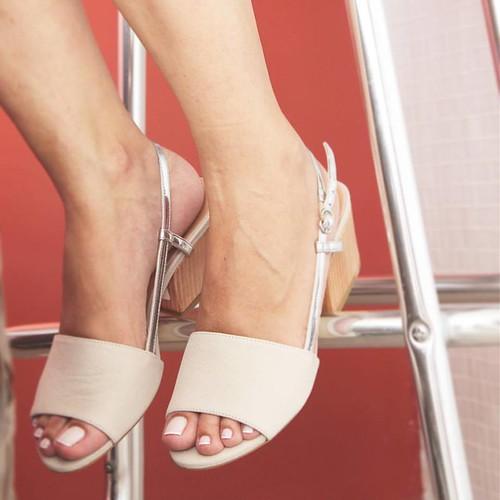 Novos saltos abrem novas opções de estilo e conforto, aqui na trend off whrite com prata