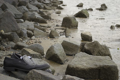 Schuhe am wasser 01