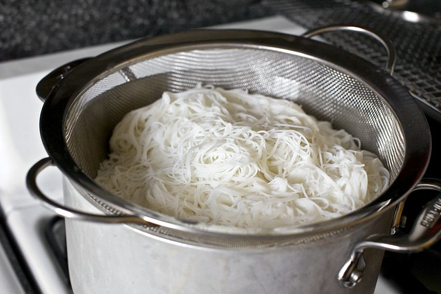 rice noodles, draining