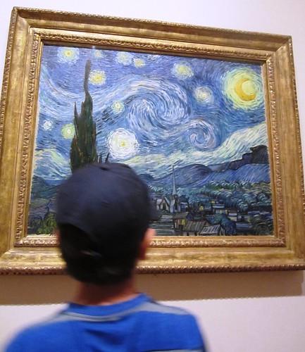 Antonio bailando frente a Noche Estrellada de Van Gogh