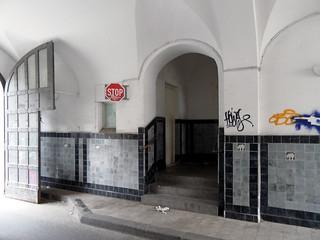 Urbanstraße 122-123, Einfahrt und Zugang zum Wohnhaus