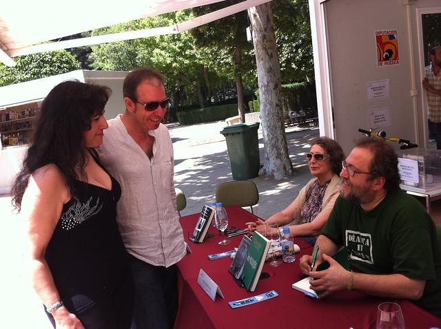Chesús Yuste, firmando en la Feria del Libro de Huesca 2012