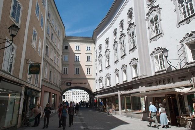 這種高聳建築包圍而成的小路或廣場似乎是 Salzburg 特有的?