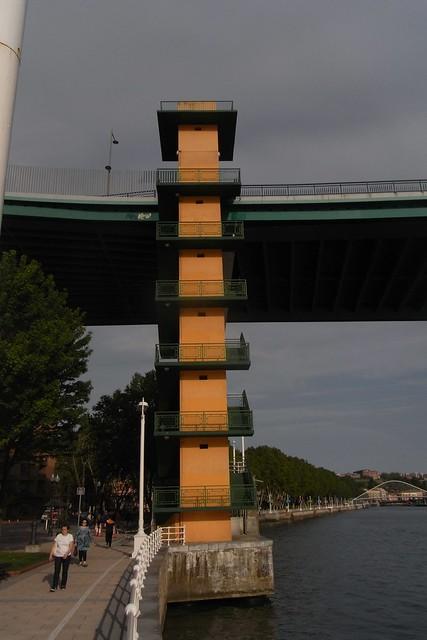 Paseo Peatonal debajo Puente de la Salve Bilbao.