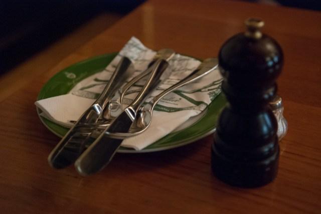 綠色的餐盤跟整個店的風格一致