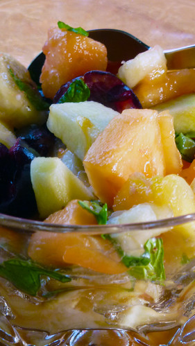 Basil, Mint and Elderberry vinegar marinated fruit salad - Macedonia marinata con basilico, menta e aceto di sambuco