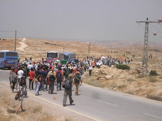 הולכים בשיירה מהישוב לאזור ההפגנה