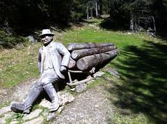 Holzfigur am Wegesrand