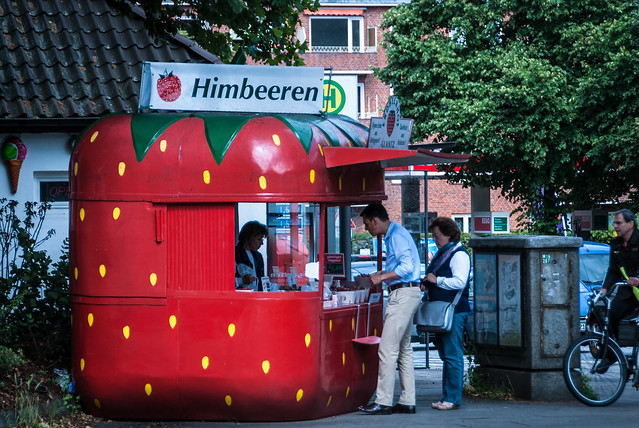 Overal plaatselijke aardbeien te koop in Hamburg en MeckPomm