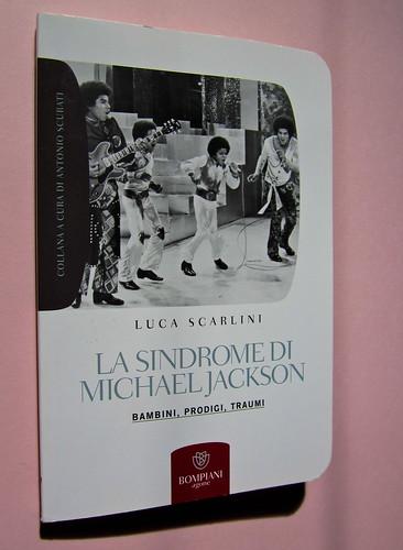 Luca Scarlini, La sindrome di Michael Jackson. Bambini, prodigi, traum. Bompiani 2012. Copertina: Paola Bertuzzi; progetto grafico: Poljstudio. Copertina, dorso (part.), 1