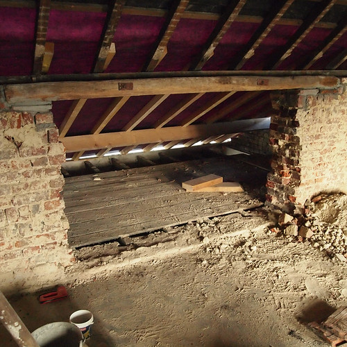 Combles au-dessus de la cuisine + percée du mur de la chambre