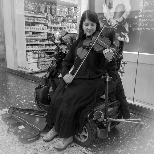 305/366 - The girl with a violin by Flubie