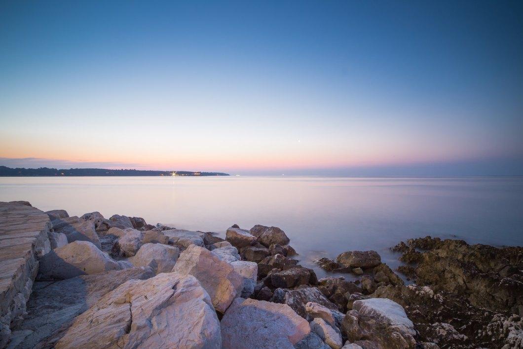 Imagen gratis del mar visto desde las rocas