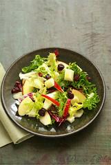 Salade avec brebis, pomme et cerises séchées