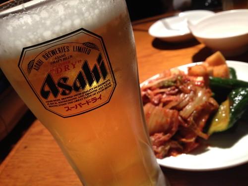 ビールとキムチ@韓国食堂 ジョッパルゲ