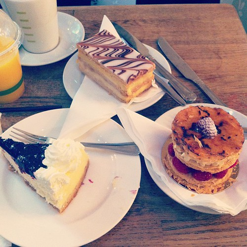 Celebrating my MA A with cake! #paulrhodes #nottinghill #mafashionjournalism  Tar en for @hildeflk og 