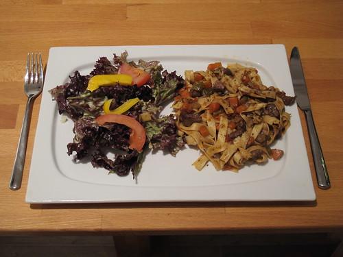 Tagliatelle mit Lammragout (vom Vortag) und gemischter Salat