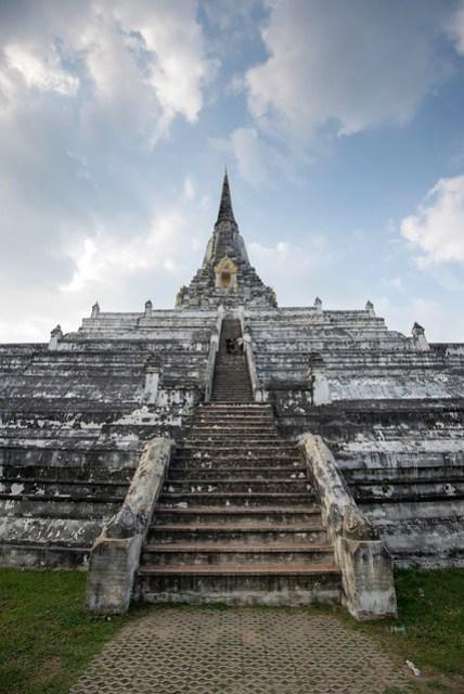 塔可以登,蠻高的,塔頂同樣有往下的地道,據說裡面的空氣相當悶熱潮濕