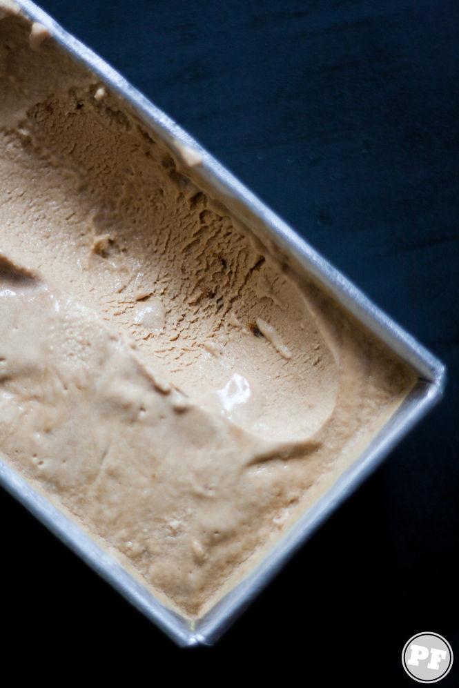 Sorvete de Café em uma xícara com fundo escuro por PratoFundo.com