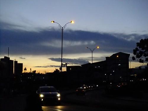Una nube como un zeppelin atraviesa la ciudad by Julio César Correa