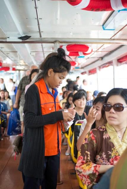 上船後收票員會一一的來收票,一人 15 Baht (漲價了),最厲害的是,他會記得你究竟買過票了沒