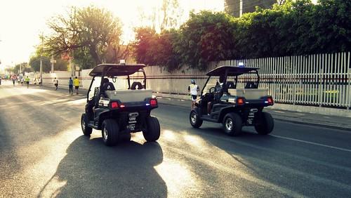 Los carros de policías en la Segunda Carrera de la UAQ