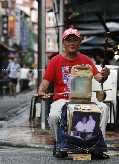 Man playing Erhu in Chinatown