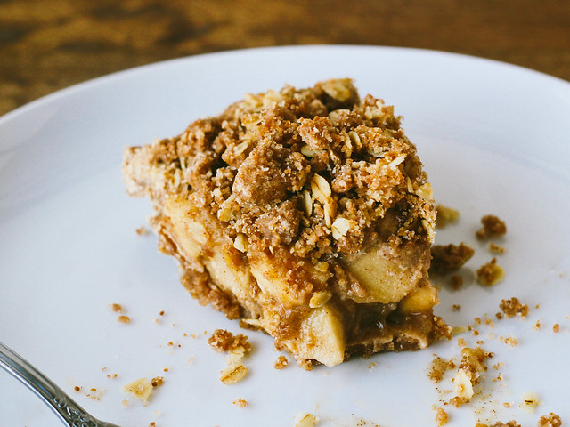 Caramel apple crumb pie
