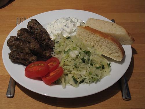Ćevapčići mit Krautsalat, Joghurtsoße und Fladenbrot