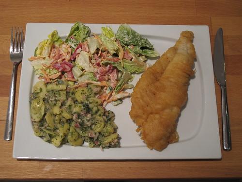 Schollenfilets in knusprigem Bierteig zu Speckkartoffelsalat und buntem Salat