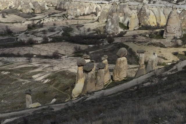 登上 Çavuşin 往山後方看,看到幾個形狀很特殊,意象很尷尬的石頭。