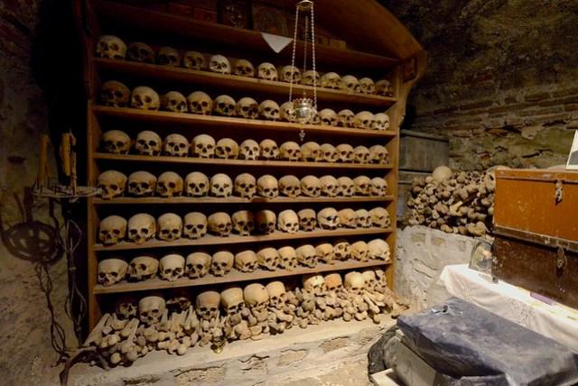 Great Meteoron 是規模最大的修道院,如果只打算參觀一個的話,非它莫屬。裡頭的博物館藏有許多宗教文物,見到西元六世紀、十世紀的羊皮紙卷,即使上面的蝌蚪文一字不識,心裡仍十分感動。保留有過去的食堂可供參觀,另有收藏過去修士們頭骨的收藏室,彌補去年去 Hallstatt 沒有見到人骨教堂的遺憾。