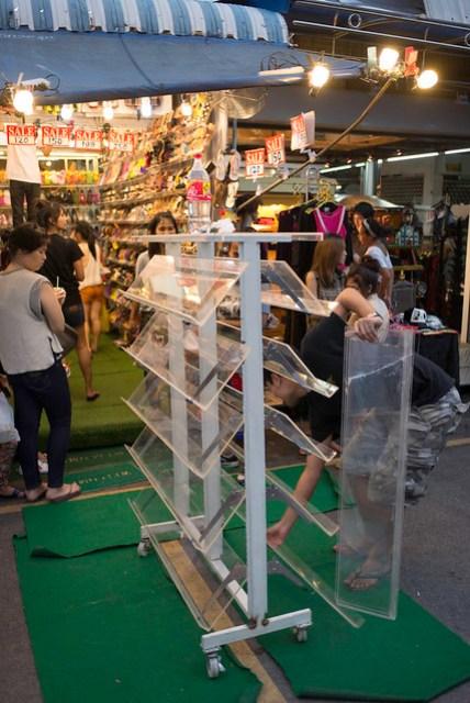 本來以為營業時間只到 6:00 PM,不過天色一黑,店家似乎開始擺起夜市攤了?