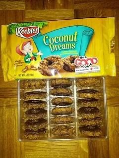 Cookie Battle: Girl Scout Samoas vs Keebler Coconut Dreams (2/5)