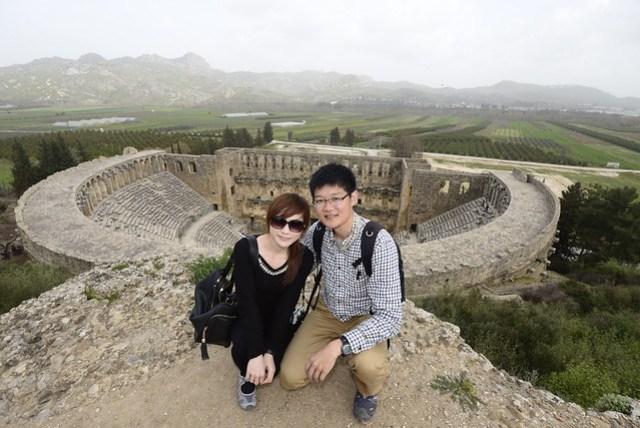 阿斯班多斯 (Aspendos) 古劇場於西元二世紀建立,約可容納 7000 名觀眾,保存狀況相當良好,至今仍定期舉辦音樂會或表演。除了可由劇場內上下欣賞,也可登上劇場後方小山丘,俯瞰這一偉大的建築。門票為 15 TL。