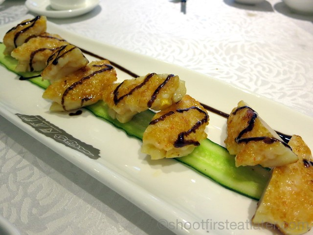 pan fried prawn cakes with scallops and salted egg yolks HK$198