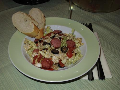Chinakohl-Salat mit heißen Tomaten, Oliven und Rauchenden